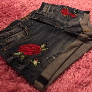 Shorts w/ embroidered flowers